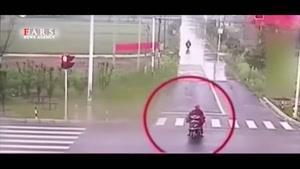 فرار موتورسوار چینی از مرگ