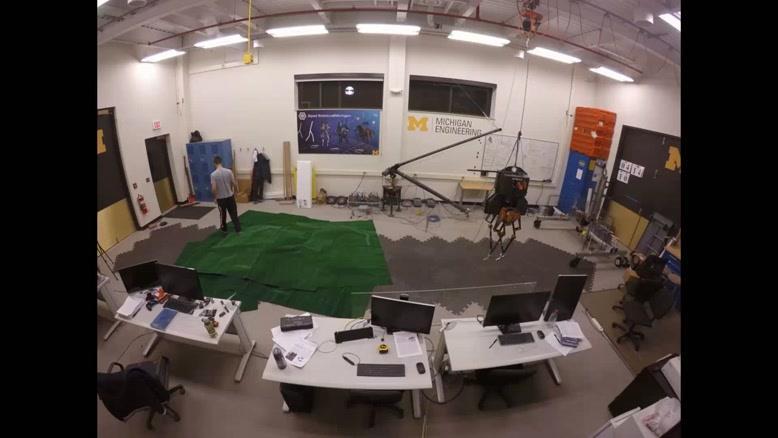 فیلم/ حرکت روبات در زمین ناهموار