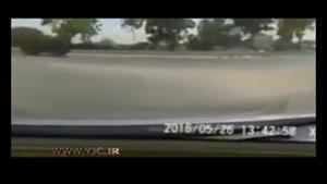 لحظهی وحشتناک له شدن موتورسوار زیر چرخ های کامیون