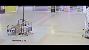 اوج جنون سارقان در دزدی از یک فروشگاه