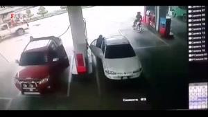 لحظه آتش گرفتن خودرو در پمپ بنزین