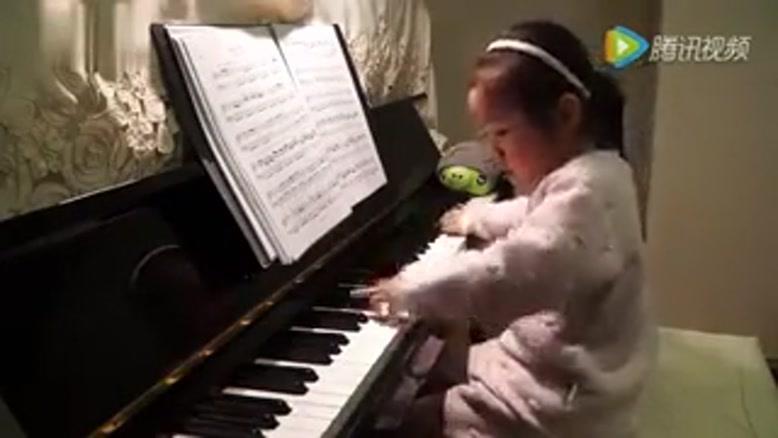 پیانو زدن کودک 5 ساله