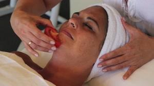 گوجه فرنگی ، شیوه ای برای از بین بردن منافذ بزرگ پوست و جوش صورت