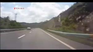 لحظه ریزش کوه در جاده