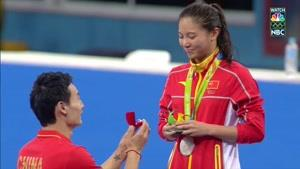 خواستگاری از نایب قهرمان چینی شیرجه المپیک روی سکوی مدال و شنیدن جواب مثبت😄😍
