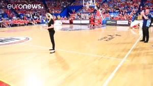 اجرای «چالش مانکن» در استرالیا و در زمان برگزاری یک بازی بسکتبال