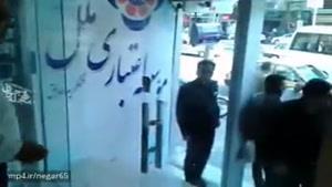 بانکی در شهر خرم آباد لرستان پول مردم را بالا کشیده و مردم در بانک با بلندگو جمع شدن و سینه میزنن