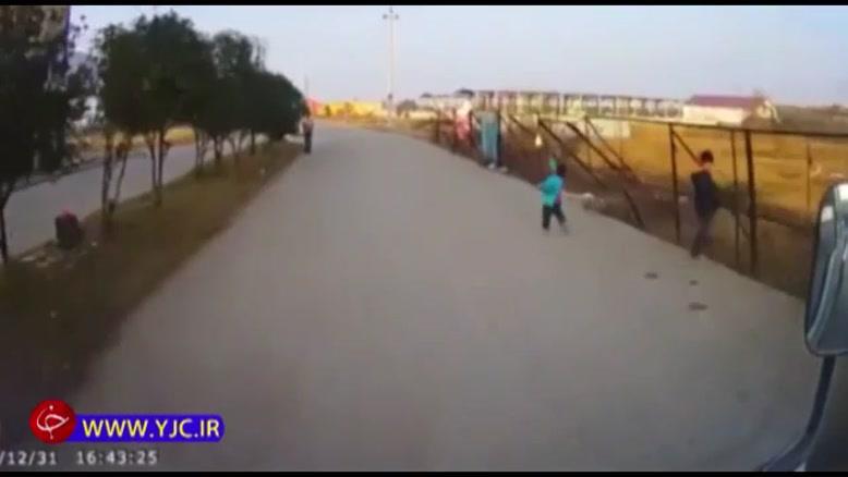 پسربچه بازیگوشی که شیشه یک کامیون را خرد کرد