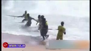 بیرون کشیدن لاشه هواپیمای سقوط کرده از آب در ساحل عاج