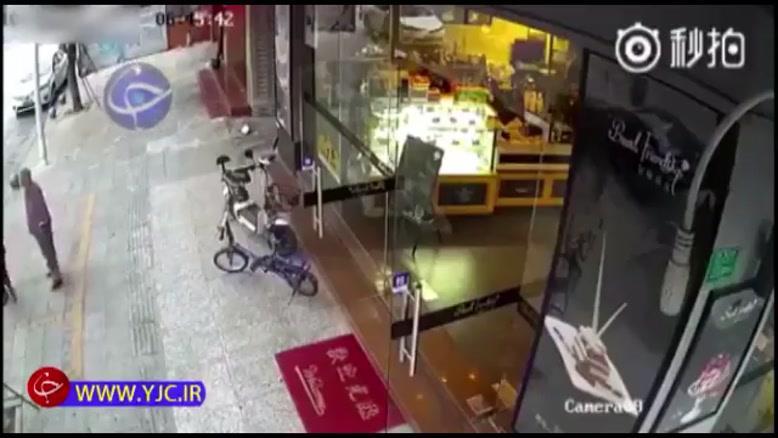 حملهور شدن خودروی سواری به دو پیرزن