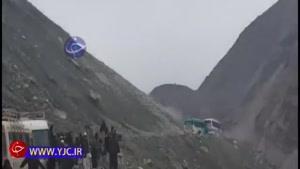 ریزش وحشتناک کوه بر روی دو دستگاه اتوبوس