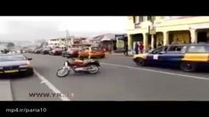 حرکات نمایشی دیوانه وار با موتورسیکلت در خیابان