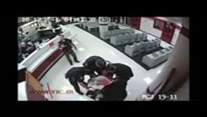 اسپری فلفل پاشیدن پلیس آمریکا به صورت مظنون دست بسته سیاهپوست