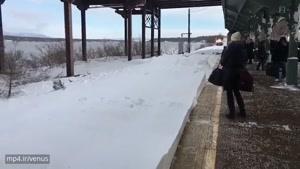 برفپاشی قطار به مسافران منتظر