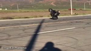 تصادف موتور در حال تکچرخ زدن،، از پشت میزنه😱😨