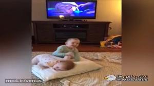 واکنش این خواهران دوقلوی ۲۳ ماهه در فیلادلفیا به انیمیشن Frozen حسابی رسانه ای شده