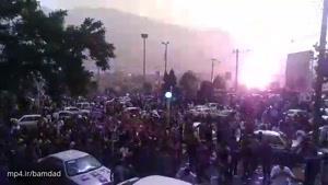 لحظه برخورد صاعقه به نزدیکی تجمع حامیان روحانی که برای شادی بُرد انتخابات به خیابانها آمده بودند.