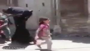 کودک عراقی از شر داعش به آغوش نظامی عراقی پناه میآورد.