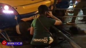 بیرون کشیدن عابران پیاده از زیر اتوبوس توسط نیروهای امدادی