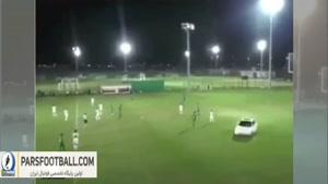 ورود ماشین به زمین در جریان مسابقه فوتبال !