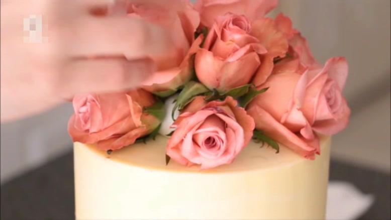 آموزش تزیین کیک با گلهای طبیعی