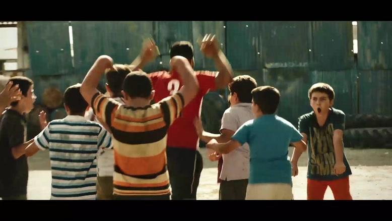 سکانس رقصیدن  نوید پورفرج و نوید محمدزاده در فیلم مغزهای کوچک زنگ زده
