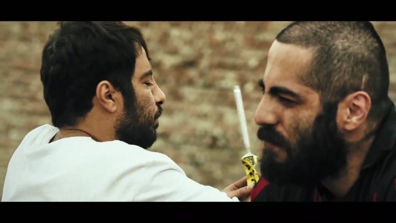 چسب زدن نوید محمدزاده و نوید پورفرج در فیلم مغزهای کوچک زنگ زده