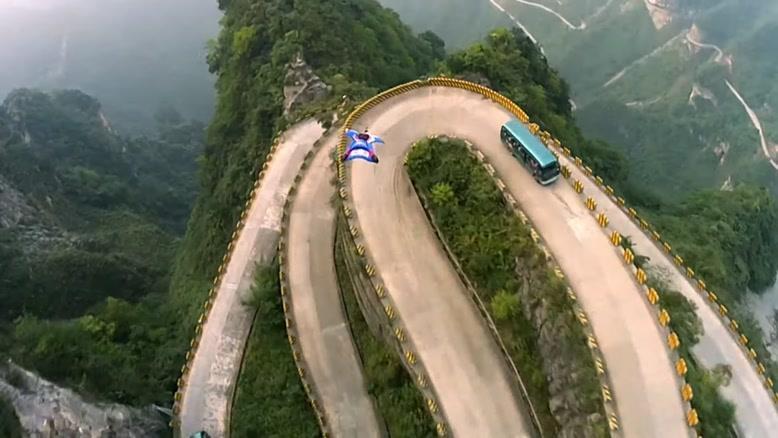 ویدیویی خیر کننده از پرواز با  وینگ سوئیت در مناطق کوهستانی