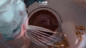 طرز تهیه برونی شکلاتی مغزدار با روکش پاپکورن کاراملی
