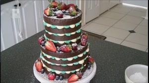 آموزش تزیین کیک شکلاتی با تکه های میوه