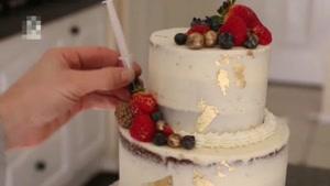 تزیین کیک با پاپ کورن و گل های زیبا