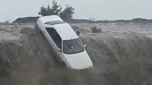 واژگونی خودرو ها در هرمزگان در اثر سیل وحشتناک