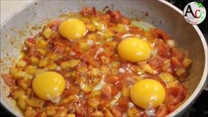 طرز تهیه تخم مرغ با کچالو و بادنجان رومی