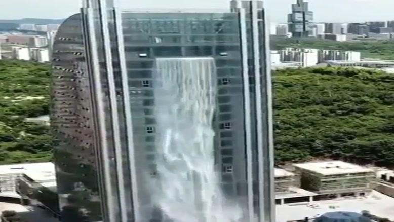 آبشار وسط ساختمان