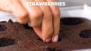 طرز تهیه برونی شکلاتی توت فرنگی