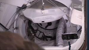 Namasha.com - لحظه اتصال فضاپیمای دراگون به ایستگاه فضایی