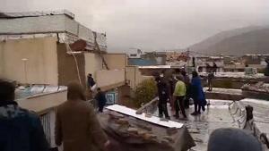 مردم نگران شیراز که به پشتبامها پناه بردهاند.