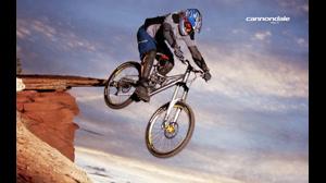 دوچرخه سواری دیوانه وار  و بسیار  هیجان انگیز در کوهستان