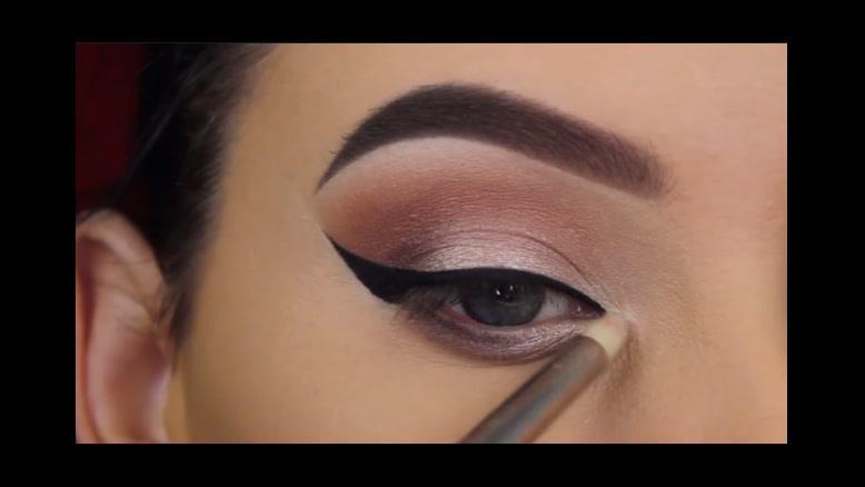 فیلم آموزش آرایش چشم با خط چشم گربه ای