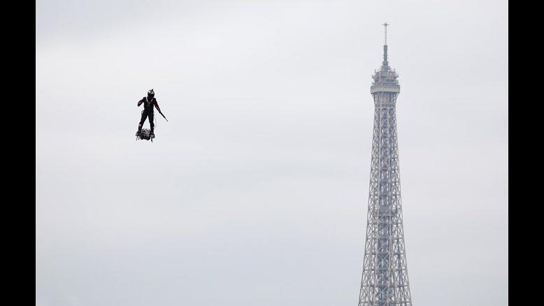 رونمایی از سرباز پرنده در جشن ملی فرانسه