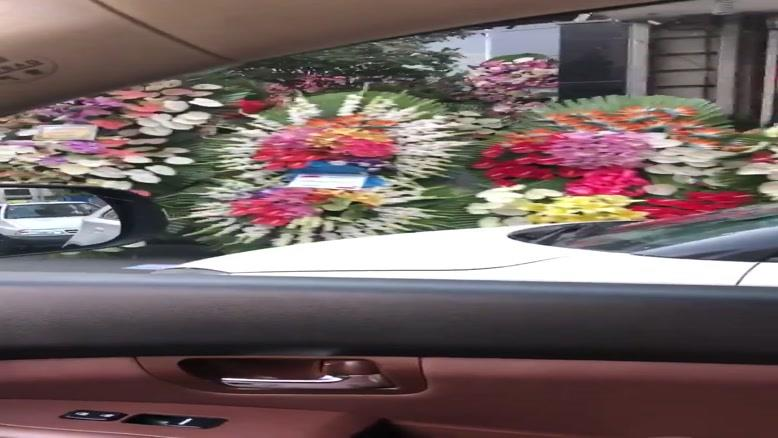 اینجا اندرزگو، پول این تاج گلها اندازه خرج یکماه یه خانوادس