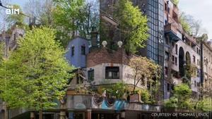 ساختمان هایی که با درختان پوشیده شده