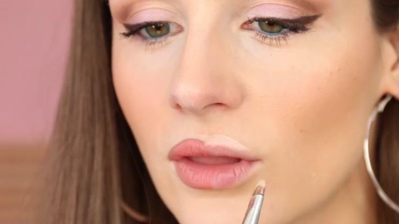 حجیم سازی لب ها با آرایش