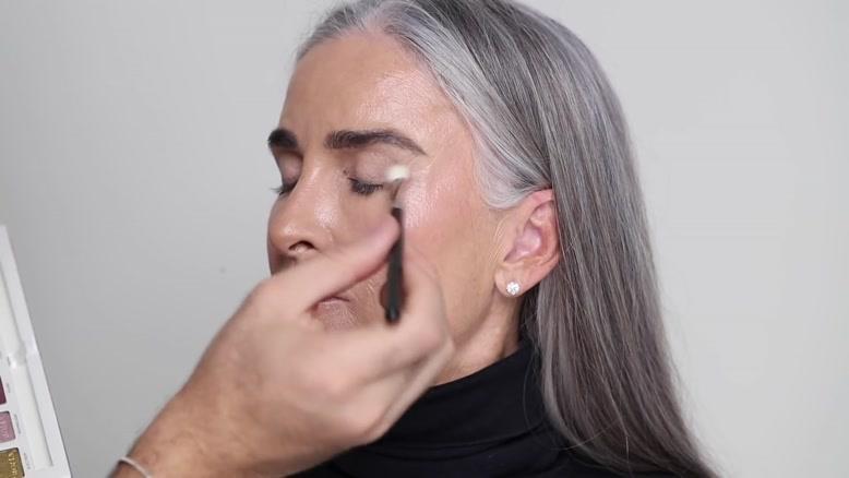 آموزش آرایش بر روی صورت چین و چروک دار