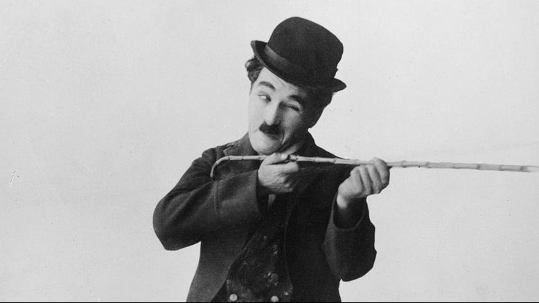 چارلی چاپلین استاد کمدی با کلاه