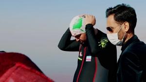 شنا با دست و پاهای بسته در دریاچه ارومیه