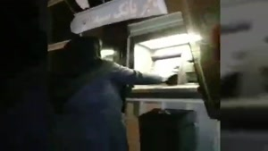 مادری که در خرم آباد نیمه شب عابر بانک ها را ضد عفونی میکند