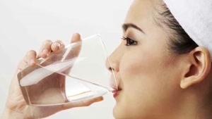 فواید شگفت انگیز نوشیدن آب گرم