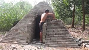 ساختن خونه جنگلی باحال به شکل اهرام مصر در جنگل