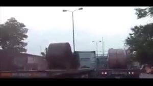 حادثه شدید به خاطر نبستن اصولی بار روی کامیون!